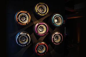 De nombreux décors agrémentent l'endroit, comme par exemple des pneus de Formule 1 développés par Pirelli, accrochés au mur.