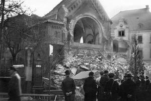 La synagogue de Chemnitz après sa destruction partielle le 10 novembre 1938, à la suite de la Nuit de Cristal.