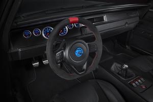 Le volant et les sièges viennent de la Dodge Viper, alors que les tuyaux d'échappement sont ceux de l'Alfa Romeo Stelvio.