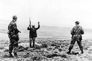 Un combattant du Front de libération nationale (FLN) est fait prisonnier par des soldats français en 1958.