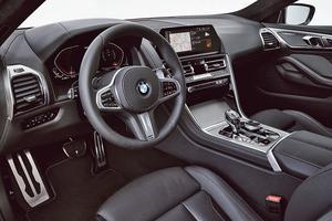 Derrière le volant bardé de boutons, les compteurs BMW ont cédé leur place à un affichage numérique prenant la forme de deux demi-octogones.