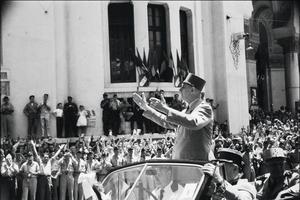 A peine investi des pleins pouvoirs par l'Assemblée le 1er juin 1958, De Gaulle se rend en Algérie. Le 4 juin, il est à Alger où il prononce son célèbre «Je vous ai compris».