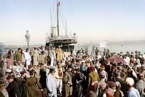 Des passagers européens descendent d'un bateau à vapeur en Algérie, vers 1889.