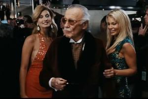 Dans «Iron Man» (2008), Stan Lee incarne Hugh Hefner.