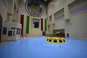 L'intérieur de la turbine où figure une photo du président Rahmon