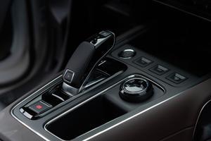 Le système Grip Control géré depuis une molette rotative est en option.