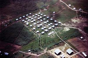 Vue aérienne de la communauté agricole appelée Jonestown, créée par Jim Jones au Guyana. Photo prise par le FBI lors de l'enquête, qui suivit le suicide collectif du 18 novembre 1978.