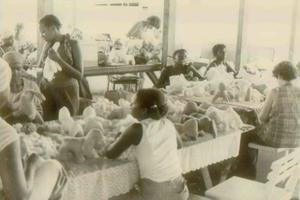 Des femmes fabriquent des animaux empaillés dans la communauté agricole de Jim Jones au Guyana, en novembre 1978.