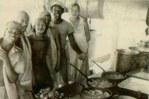 Jonestown: des adeptes de la secte du «Temple du Peuple», travaillant dans la cuisine de la communauté.