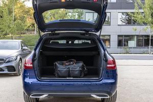 En raison de la batterie placée sous la banquette arrière, le coffre est amputé de 170 litres.