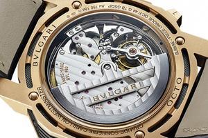 La musique de la Grande Sonnerie vient desquatre timbres installés autour dumouvement sur lesquels frappent autant demarteaux. Le calibre de ce bijou horloger contient pas moins de 1100 composants.