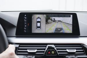 Les caméras vous guident pour placer le véhicule au-dessus de la plaque.