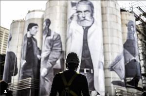 À Saragosse (Espagne), Miquel Wert a peint des ouvriers sur des cuves de bières géantes.
