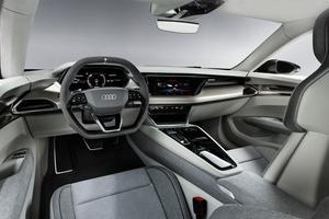 L'intérieur rappelle fortement celui présenté sur l'e-tron Sportback Concept.