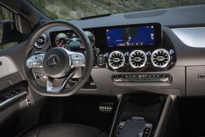 Les aérateurs assez massifs contrastent avec la finesse de la double dalle regroupant les informations de conduite. Mais l'ensemble reste agréable et offre une bonne ergonomie.