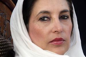 Benazir Bhutto Premier ministre du Pakistan est démise de ses fonctions par le président Ghulam Ishaq Khan en août 1990.