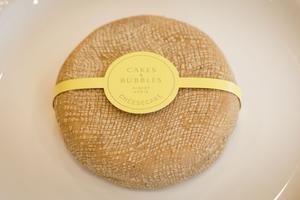 Un nouveau concept de cheesecake au fromage coulommiers, noisette et chocolat blanc