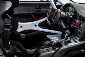 Le volant en carbone et l'affichage couleur sont issus de la Porsche 911 GT3 R de course.