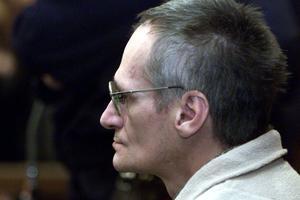 Heaulme a enchaîné les procès, où il se laisse en général photographier. On le voit ici en 2001, alors qu'il est jugé pour le meurtre d'Annick Maurice, commis en 1986.