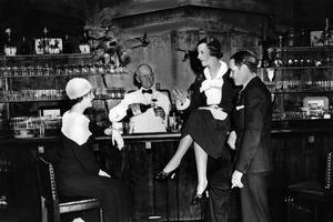Un bar clandestin («speakeasy») de la 24e rue à New York, en 1932, lors de la Prohibition aux États-Unis.