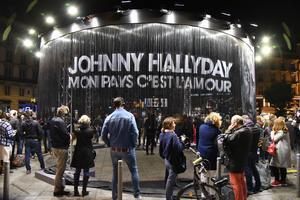 Les fans de Johnny écoutent son album posthume sur le parvis de la gare Saint-Lazare.