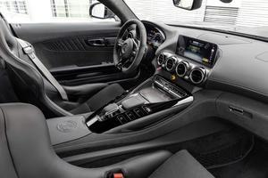 À l'intérieur, on notera surtout le volant emprunté à l'AMG GT quatre portes et le combiné d'instrumentation digital.