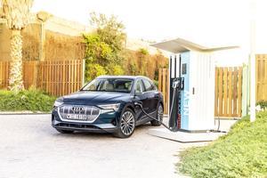 Une e-tron à la recharge sur une borne de 150 kW (80% de la charge en une demi-heure). La voiture est livrée avec un chargeur de 11 kW, ou de 22 kW en option. Il faut 8 heures et demie pour recharger la batterie avec le premier, 4 heures et demie avec le second.