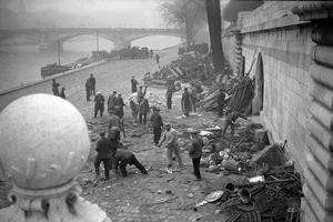 Le 6 février 1934, près des quais de Seine.