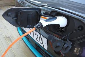 La prise de recharge est installée dans la calandre.