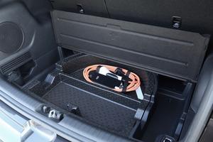 Le e-Niro est livré de série avec un cordon pour prise domestique et un câble de recharge type 2 32 A.