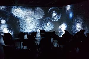 En parallèle de l'exposition Van Gogh, l'Atelier va présenter dans son studio <i>Verse</i>, une création stellaire de Thomas Vanz.