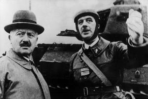 Charles de Gaulle (commandant par intérim des chars de la 5e armée, région Lorraine-Alsace) et le président français Albert Lebrun aux manœuvres des chars de la 5e armée à Goetzenbruck (Lorraine) le 23 octobre 1939.