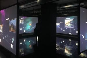 Un écran tactile disposé au milieu de la pièce permet au visiteur de contrôler les écrans environnants.
