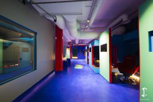 Situé au sous-sol du parc d'aventures en réalité virtuelle de La Villette (XIXe), le District 3 avec les jeux <i>Incarna</i> et <i>Assassin's Creed</i> et l'Arcade Square.