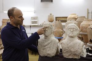 Eitan Klein, chef adjoint de l'unité de prévention des vols de l'AIA et les deux sculptures découvertes.