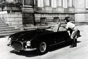 Le roi Léopold III au volant de sa 342 America et son épouse, Lilian de Réthy.