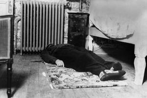 Le corps de l'escroc Alexandre Stavisky dans le chalet près de Chamonix le 8 janvier 1934.