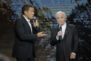 Avec Charles Aznavour lors de l'enregistrement de l'émission <i>Hierencore</i>, à l'Olympia, le8janvier 2014.
