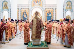 Une cérémonie orthodoxe au milieu des icônes dorées.