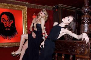 Le regard noir de Raspoutine surveille les fêtards de cet ancien cabaret russe qui en garde la tradition.
