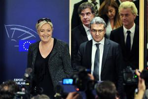 Marine Le Pen (à gauche) et Aymeric Chauprade (à droite), le 28 mai 2014 au Parlement européen, à Bruxelles.