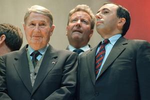 Claude Autant-Lara (à gauche) et Bruno Mégret (à droite), le 9 juin 1989 à Paris, lors d'un meeting de Jean-Marie Le Pen.