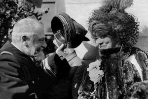 L'actrice Sarah Bernhard (1844-1923) arrivant à Ne York pour sa tournée d'adieu aux États-Unis en 1912.