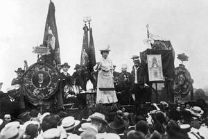 Rosa Luxemburg lors du congrès Socialiste à Stuttgart en août 1907.