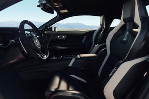 À l'intérieur, il est possible d'opter pour de nombreux éléments en fibres de carbone et des sièges signés Recaro.