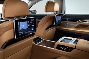 Les écrans pour les passagers arrière sont optionnels.