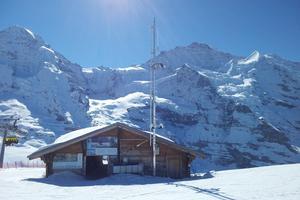 La cabane de départ, devant le Mönch et la Jungfrau