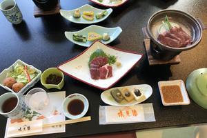 À Kumamoto, la viande de cheval est une spécialité qui se déguste en petite quantité et de préférence crue.