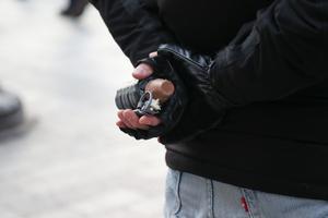 Un policier tient dans sa main une grenade de désencerclement, reconnaissable aux plots de caoutchouc qui la constituent, le 8 décembre à Paris.