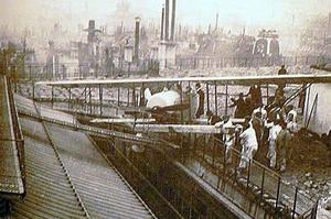 À part un hauban, l'avion est intact assure Védrines lors de son atterrissage sur les toits des Galeries Lafayette en 1919.